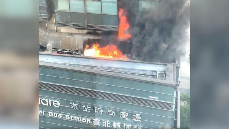 ▲台北市京站大樓失火,台北市警消前往救援中。(圖/讀者提供)
