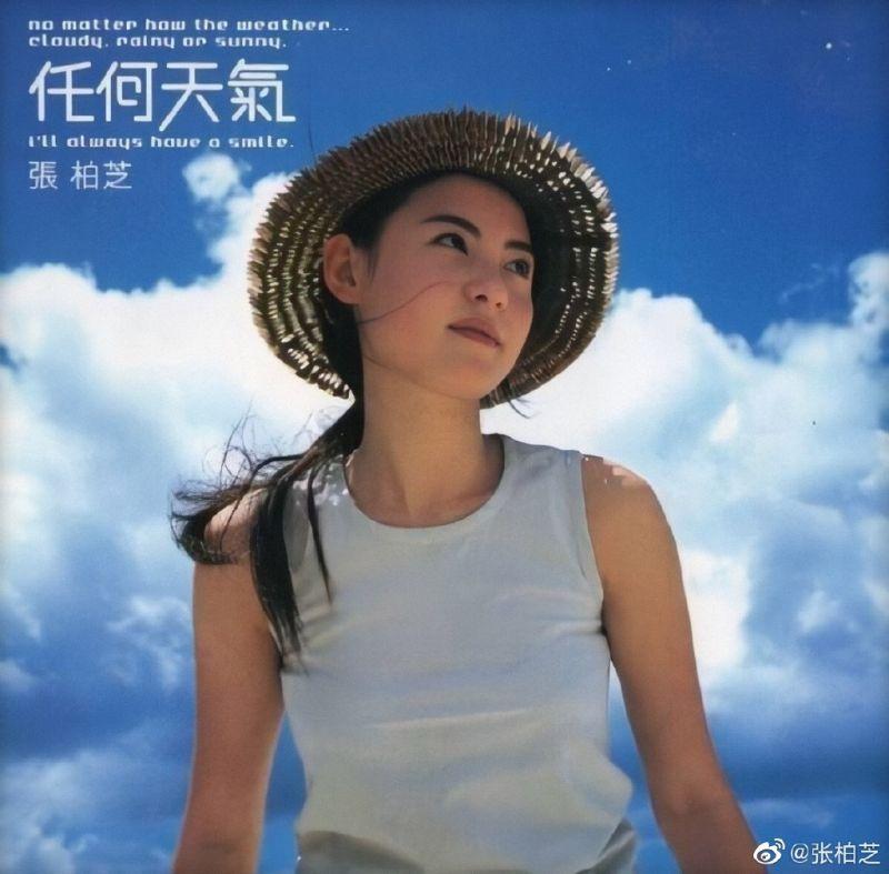 ▲張柏芝19歲時的「任何天氣」專輯寫真照片,被網友翻出來,比較之下現在與過去外貌完全沒有差別。(圖/張柏芝微博)