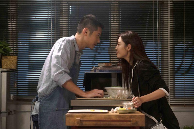 ▲衛詩雅(右)在《不日成婚》中不斷暗示男友陳家樂(左)結婚。(圖/華映娛樂提供)