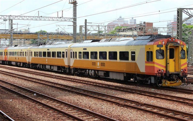 ▲20日早上台鐵109次EMU300型列車因機械故障導致延誤,台鐵局表示,EMU300為老舊車輛,將優先汰換。圖為EMU300同型車。(圖取自維基共享資源;作者Rsa,CC BY-SA 3.0)