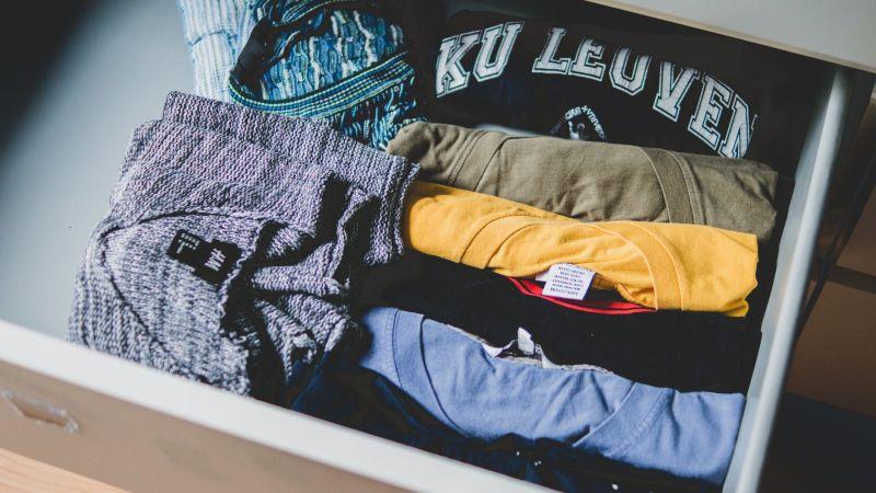 ▲有位人妻透露老公從抽屜中翻出一堆女性衣物,但卻全都不是她的,讓場面十分尷尬。(示意圖/翻攝自《pexels》 )