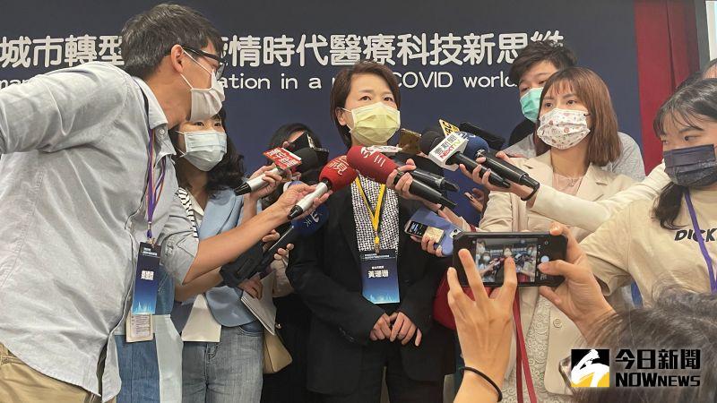 針對外傳與蔡炳坤內鬥一事,台北市副市長黃珊珊21日受訪時表示,頻頻操作這種內鬥議題,「大家不希望我們把事情做好還是怎樣?」