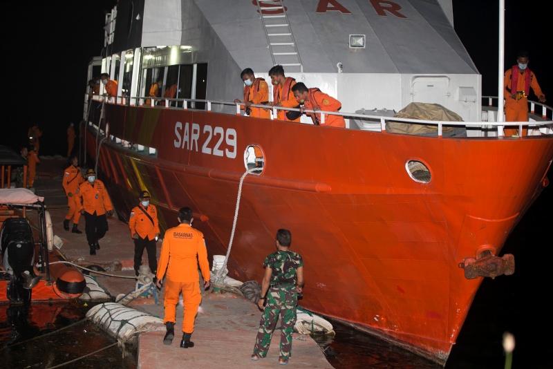 ▲印尼失聯潛艦的氧氣即將在幾小時內耗盡,當局全力搜索潛艦和艦上53名官兵的下落,把焦點擺在海面下50至100公尺深處一個不明物體的訊號。(圖/美聯社/達志影像)