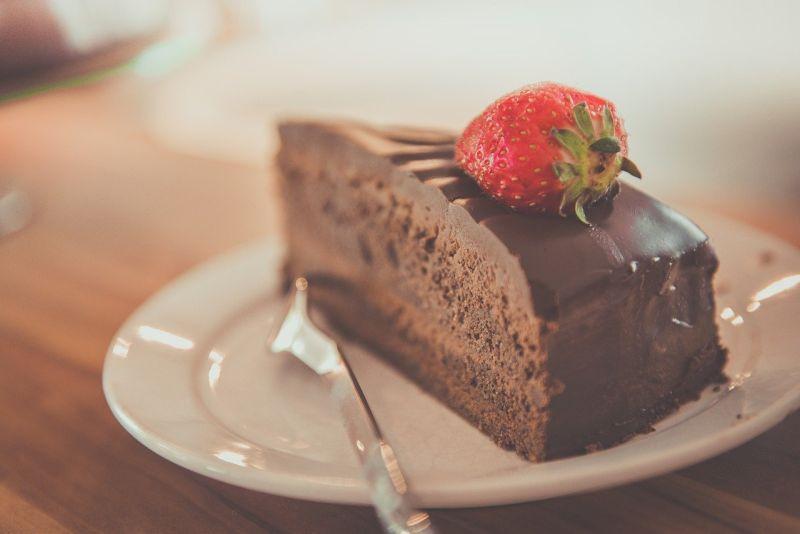 ▲原PO告訴阿姨,那間蛋糕店只能現場排隊,且每一次限購2個,但對方的回應卻讓她瞬間火大。(示意圖/翻攝Pixabay)