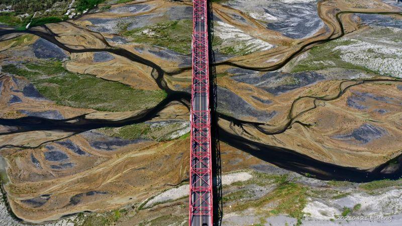 ▲攝影師出動空拍機,從高空拍下西螺大橋濁水溪的乾枯景象,十分震撼。(圖/黃一盛授權提供)