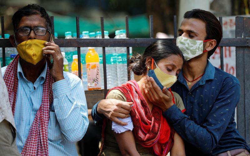 ▲印度正遭受新一波新冠疫情荼毒,單日確診人數連創新高。圖為新德里一處醫院外頭,新冠患者及家屬正在等待治療。(圖/美聯社/達志影像)