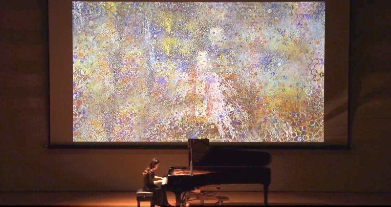 ▲〈蝴蝶蘭〉結合畫家江賢二的畫作,以多媒體方式展演,背後所隱藏著一段令人動容的愛情故事之餘,也是盧佳慧送給母親陳郁秀的生日禮物(圖/翻攝自盧佳慧Youtube)