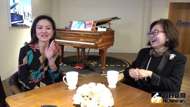 ▲盧佳慧說:「媽媽真的是非常嚴格的人,連我寫〈蝴蝶蘭〉送她時,她也只回答了一聲『嗯』。」隨後兩人相視大笑。(圖/記者朱永強攝)