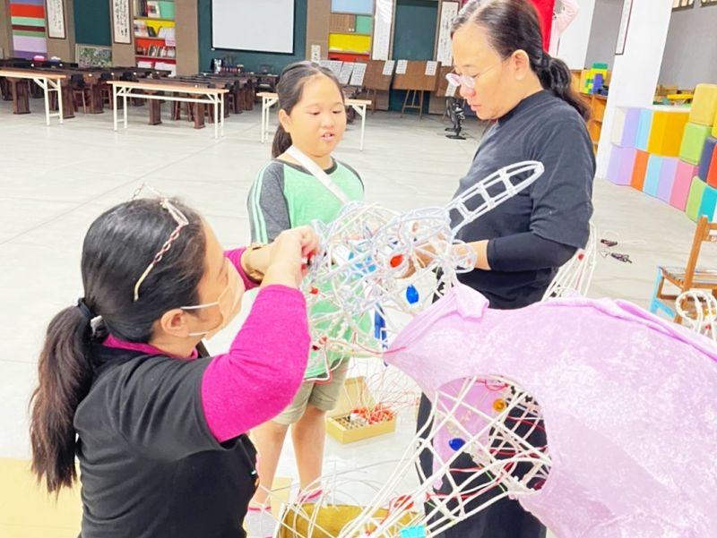 ▲大東國小師生及家長自去年8月即著手進行設計製作。(圖/高市府教育局提供)