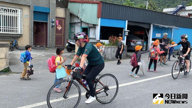 ▲飯店單車管家陪同暢遊花蓮,一路上熱情部落孩童在路邊打氣加油。(圖/記者劉雅文拍攝)