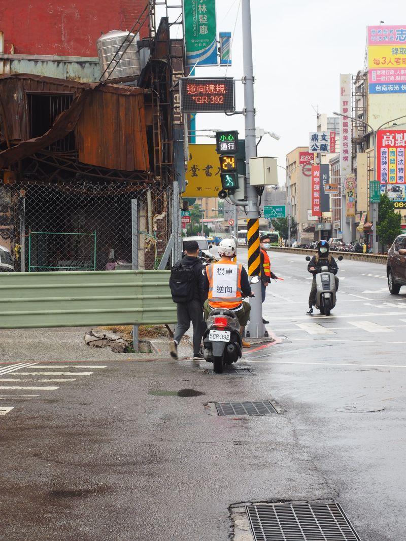 ▲台南市政府利用智慧科技即時顯示違規車輛車號,達到警告違規用路人的目的。(圖/台南市政府提供)