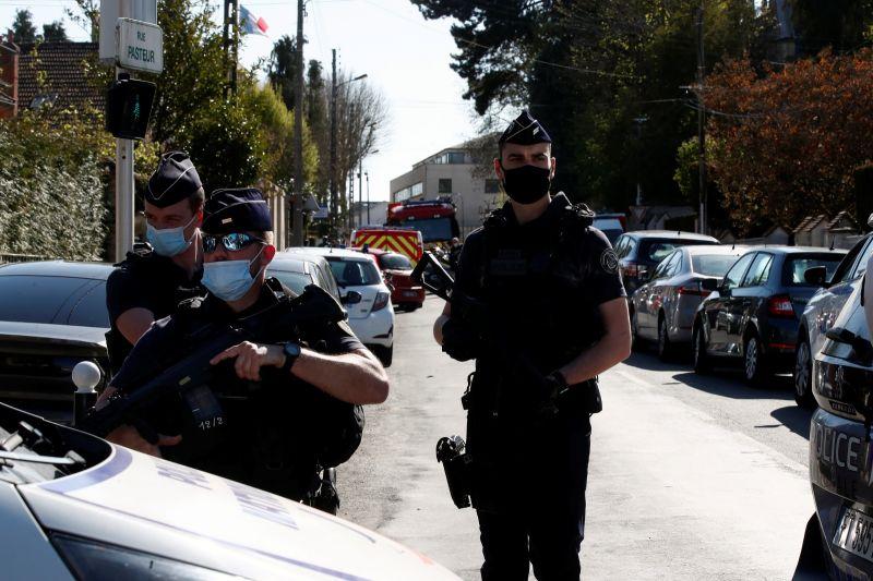 ▲法國地方檢察署和警方消息人士透露,巴黎西南郊蘭保葉別墅(Rambouillet)警察局的一名女性聘雇人員23日遭一名突尼西亞男子刺死,凶嫌也遭現場警察開槍擊中,傷重不治。(圖/美聯社/達志影像)