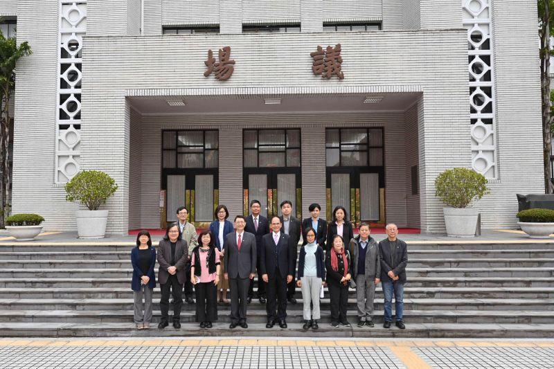 ▲立法院長游錫堃與小組成員在議場門口合影(圖/立法院提供)