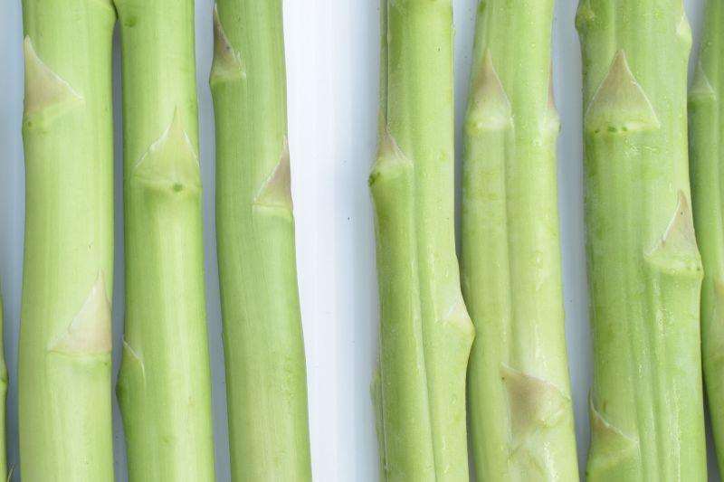 ▲新鮮蘆筍嫩莖挺直飽滿(左),儲放多日之蘆筍嫩莖稍為凹陷鬆軟(右)。(圖/翻攝自台南區農業改良場臉書)