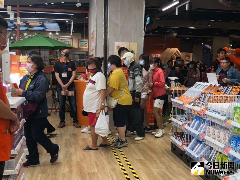 ▲特力屋澎湖展店首日,吸引大量民眾湧入。(圖/記者劉雅文拍攝)