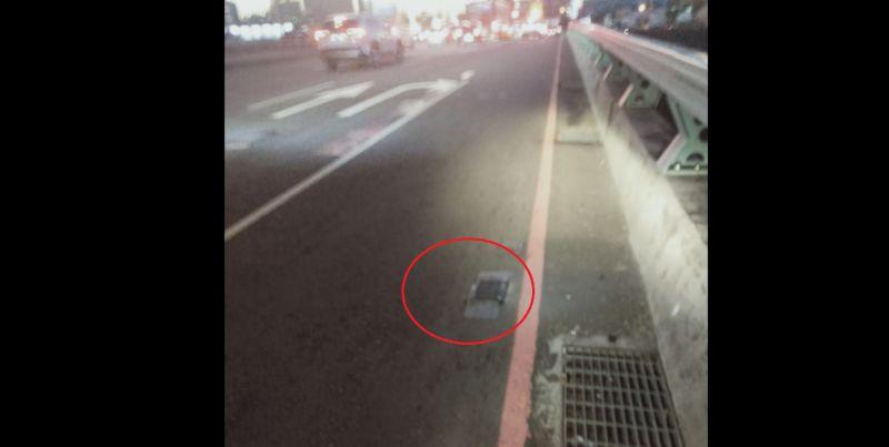 ▲有網友騎車在路上壓到「黑色突起物」,差點因此滑倒,隨後也拍下照片發問「這到底是什麼」?(圖/翻攝《爆系知識家》)
