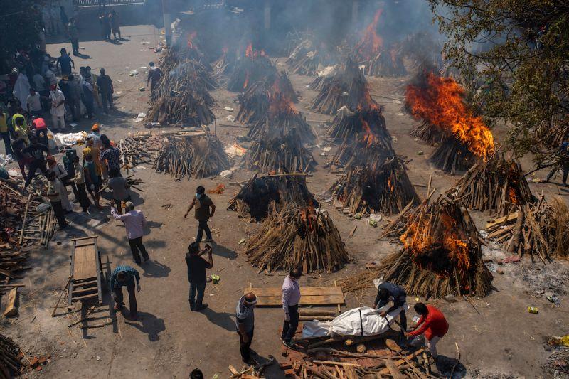 ▲印度近期爆發大規模新冠肺炎(COVID-19)疫情,大量的人口染疫而死亡,各地的火葬場不堪負荷,只好在戶外進行火葬。(圖/美聯社/達志影像)