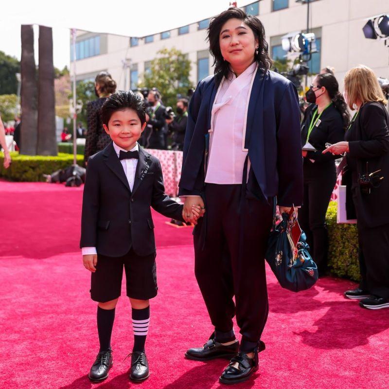 ▲《夢想之地》8歲韓裔童星艾倫金(左)和和母親一起出席奧斯卡盛會。(圖/The