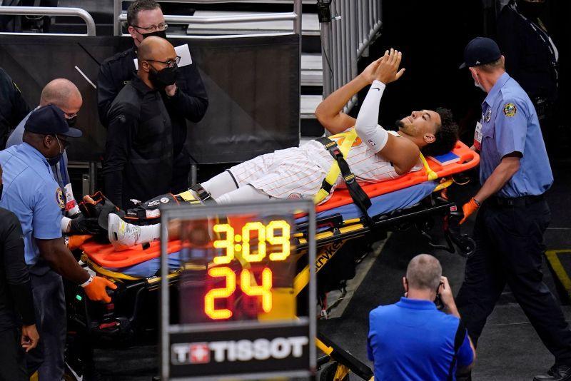 ▲魔術大齡菜鳥Devin Cannady上場不到1分鐘就遭遇開放性骨折,被擔架抬出場。(圖/美聯社/達志影像)