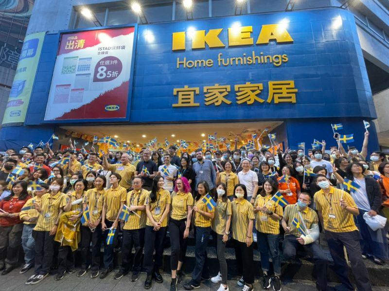 ▲營業已23年的IKEA敦北店26日正式熄燈,粉絲、員工互道珍重內湖見。(圖/攝影記者葉政勳攝,2021.4.26)
