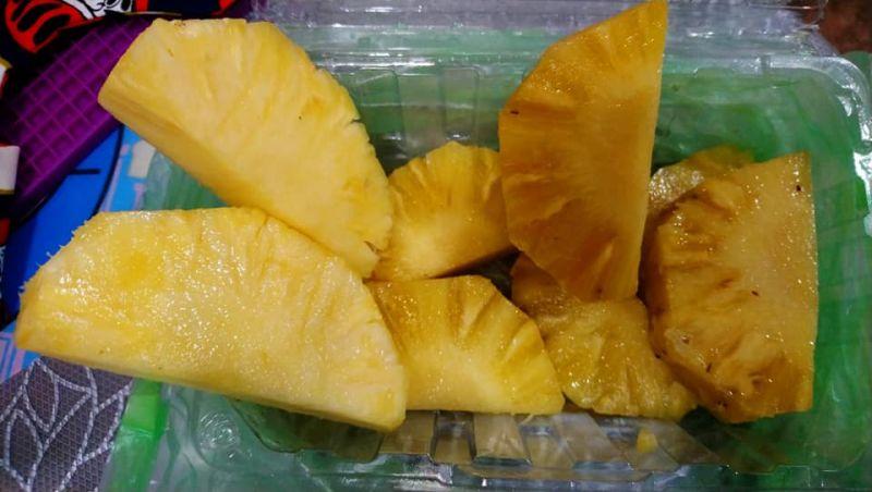 ▲原PO發現,店家疑似用品質不OK的過熟水果來假裝。(圖/翻攝自《爆怨2公社》