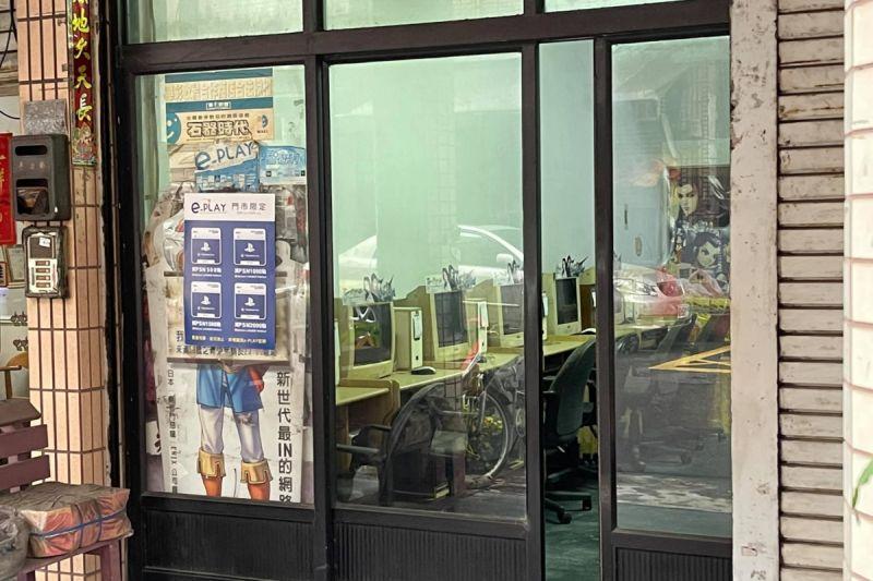 ▲有網友路過高雄一間網咖店,裡頭的古老設備讓人看了感動。(圖/翻攝自《路上觀察學院》 )