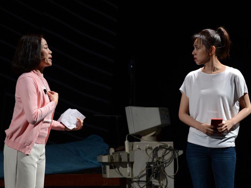 ▲范瑞君(左)在舞台劇《Space Boy》錯頻夏于喬。(圖/故事工廠提供)
