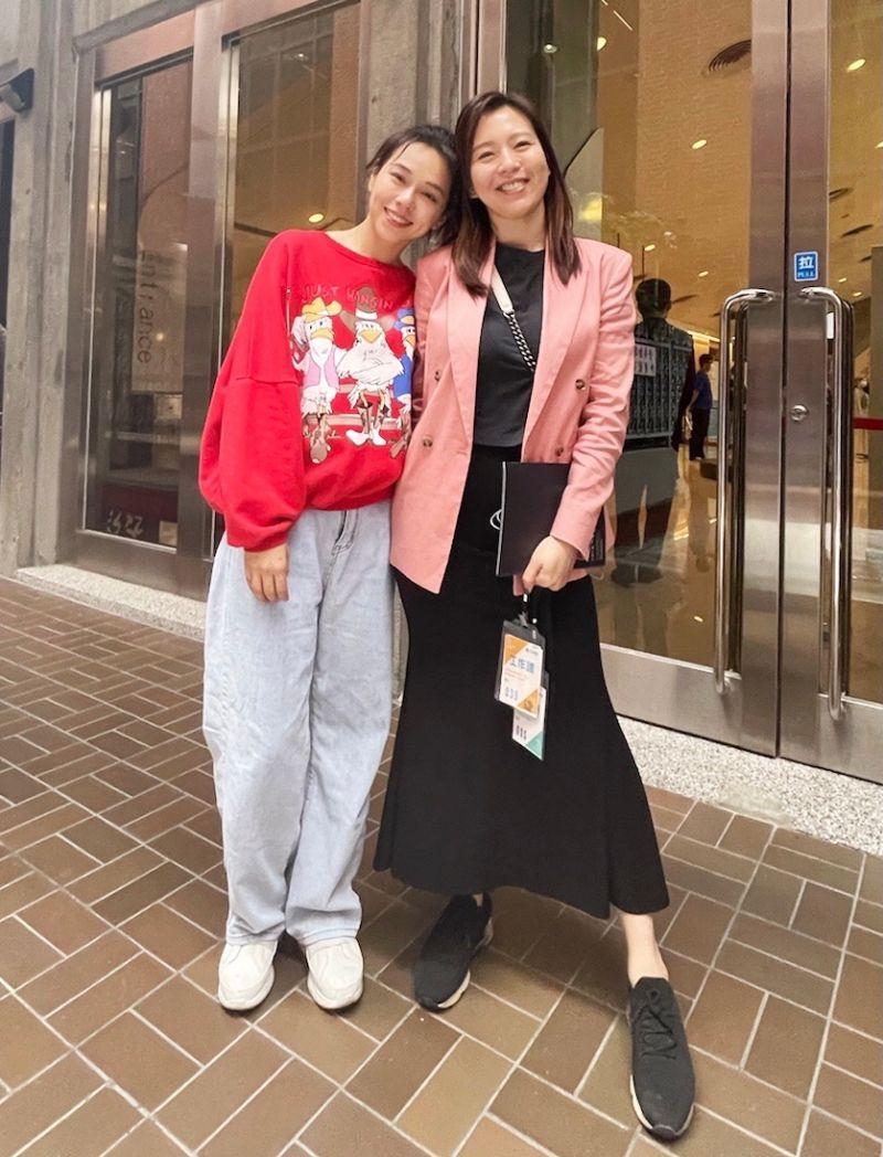 ▲劉品言(右)力挺姊妹淘夏于喬主演的舞台劇。(圖/故事工廠提供)