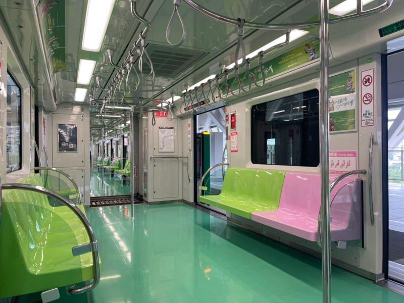▲今(28)日早上9點多,洪姓民眾從松竹站上車,中捷車箱只有他一人。(圖/民眾提供2021.4.28)