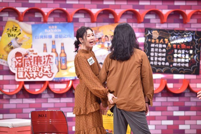 ▲Albee帶男友上節目,還原「摸屁」事件。(圖/TVBS提供)
