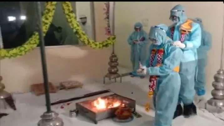 ▲印度一位新郎被檢查出確診新冠肺炎後,仍堅持穿防護衣舉行婚禮,引發網友砲轟。(圖/翻攝自「Asian News International」的推特)