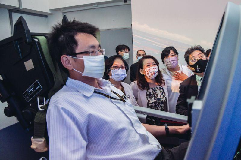 ▲立委參訪漢翔公司,參觀新式高教機勇鷹機模擬器。(圖/軍聞社提供)