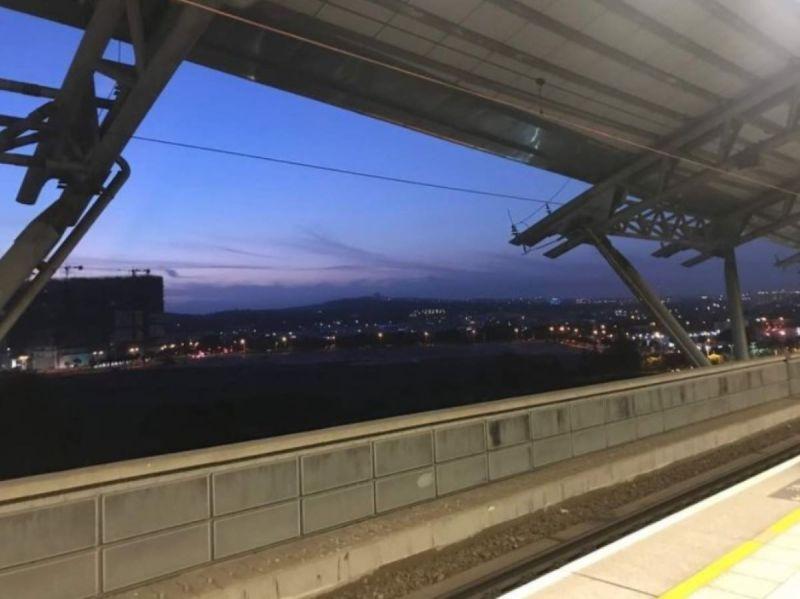 ▲原PO貼出風景照,好奇詢問大家「請問這是什麼高鐵站呢?」(圖/翻攝Dcard)