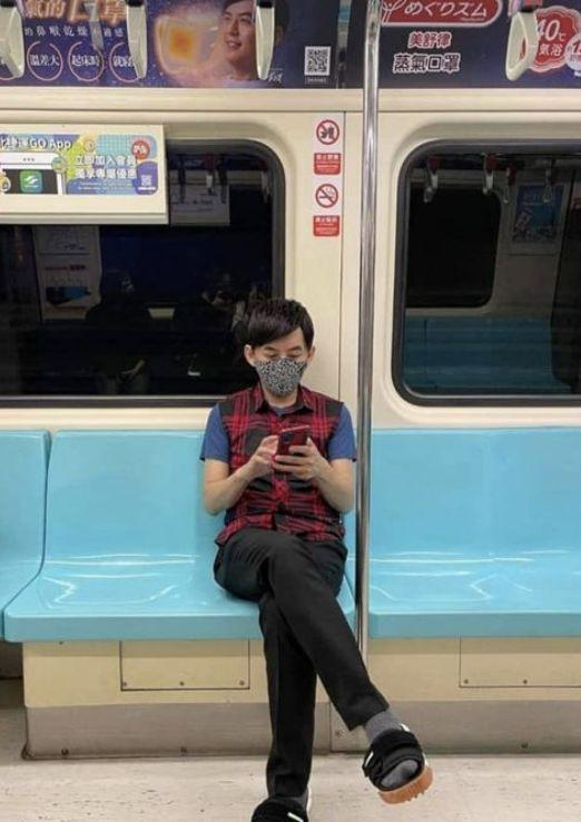 ▲黃子佼第一次搭乘捷運板南線。(圖/翻攝黃子佼IG)