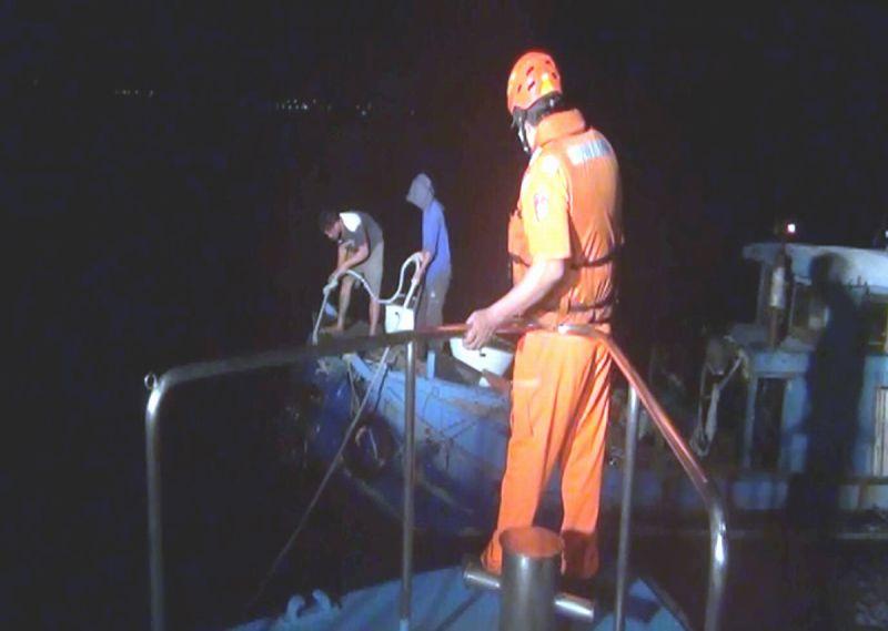 膠筏半夜抛錨求助 海巡獲報馳援解危