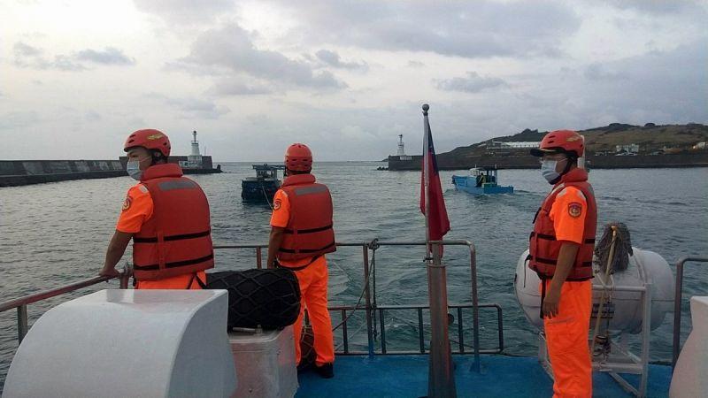 ▲恆春海巡隊3535艇實施拖帶,於凌晨5時40分左右安全將膠筏拖帶返回後壁湖漁港。(圖/記者黃正忠翻攝,