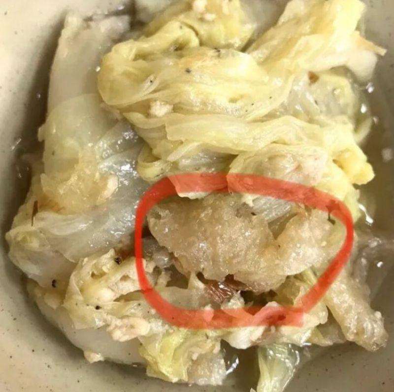 ▲一名女網友在社群平台《Dcard》上以「滷白菜裡脆脆的是什麼」為題發文。(圖/翻攝自《Dcard》)