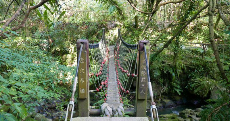 ▲平台旁有座繩編的小吊橋,每次僅容3人通過。(圖/Taipei