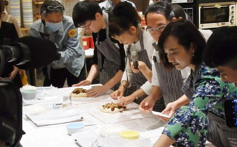 ▲台灣百貨公司除了瘋直播打空戰外,近年來也興起「空間革命潮」,坪效不再是王道,而是把空間還給消費者,讓大家有更多美好的生活體驗。如到百貨公司學烹飪、做麵包。(記者許家禎攝)