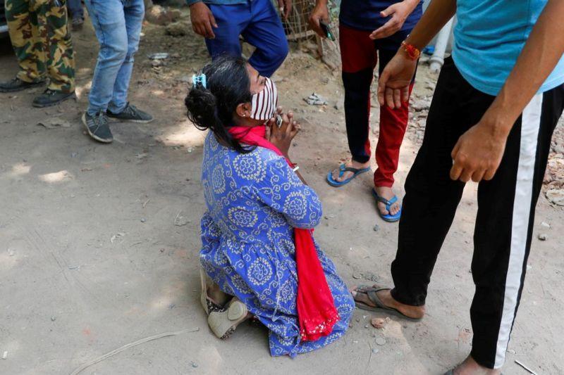 還沒排到氧氣媽媽就病逝了 印度女子供氧站外崩潰