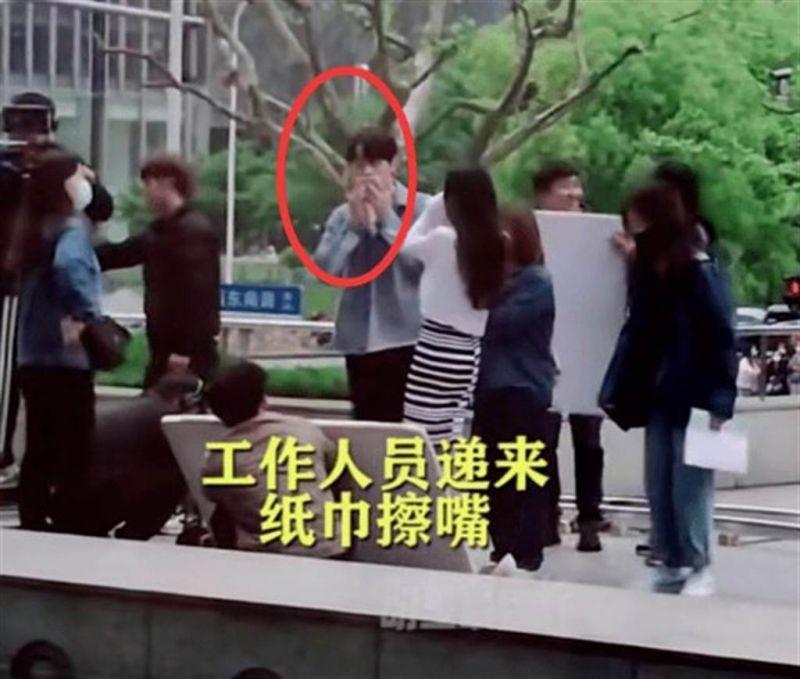 ▲許凱與楊冪拍攝吻戲,被網友直擊。(圖/翻攝微博)