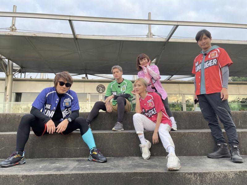 ▲王仁甫(左起)、許孟哲、蔡黃汝、峮峮、孫協志挑戰登上龜山島最高峰。(圖/中視提供)