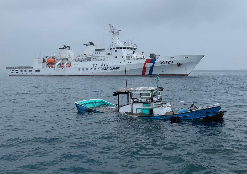 ▲我國籍義豐○號漁船沉沒。(圖/海巡署艦隊分署提供)
