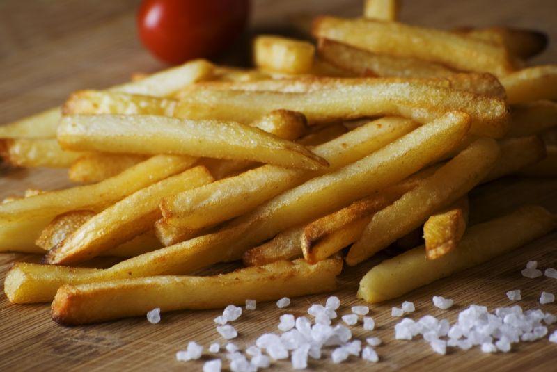 ▲炸薯條時還要將切好的馬鈴薯條用清水洗一遍,放入淡鹽水中浸泡10分鐘,這樣能去除馬鈴薯中的澱粉。浸泡完畢後,將馬鈴薯焯水1分鐘,瀝乾水分後冷凍半小時後,冷凍後的馬鈴薯會變得硬硬的,這樣就能炸出口感酥脆的薯條了!(示意圖/取自pixabay)