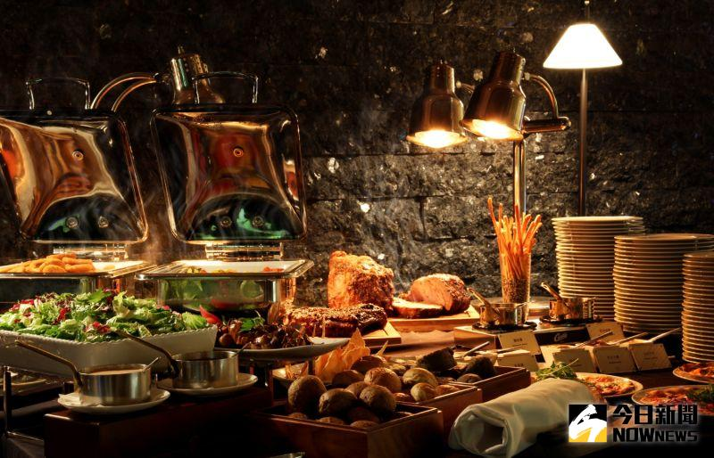 ▲慕軒飯店GUSTOSO義大利餐廳,從5月1日至8月31日推出「謝師感恩派對」,可品嘗到主廚特製的爐烤肋眼牛排、紅酒燉羔羊等二十幾種歐陸自助百匯料理。(圖/業者提供)