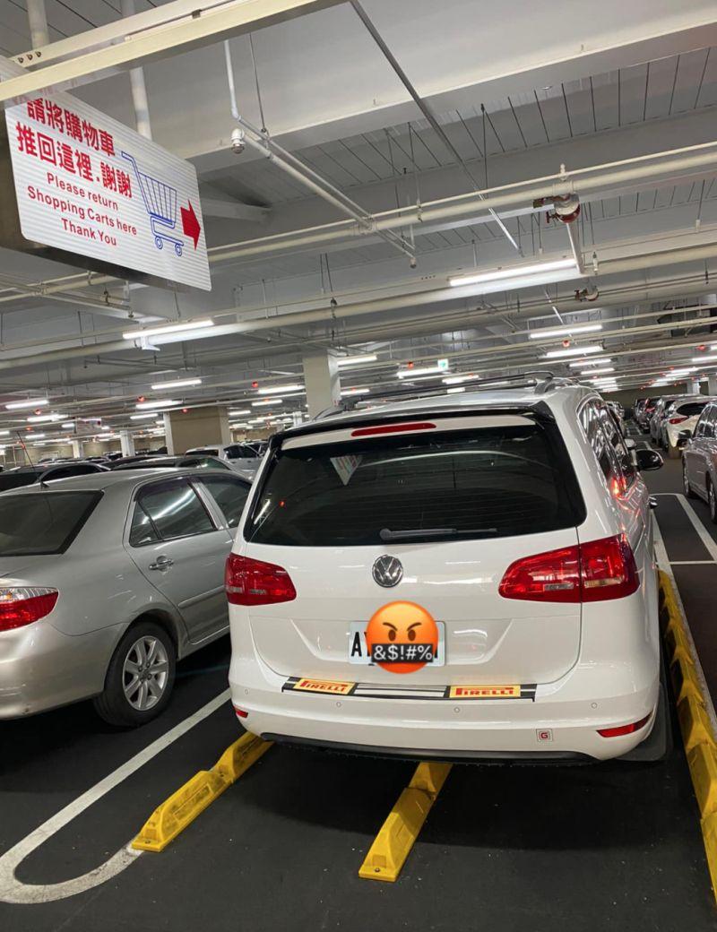 ▲男網友PO出在好市多停車場看見白車直接霸佔「購物車停放區」的離譜畫面。(圖/翻攝自《爆料公社公開版》)