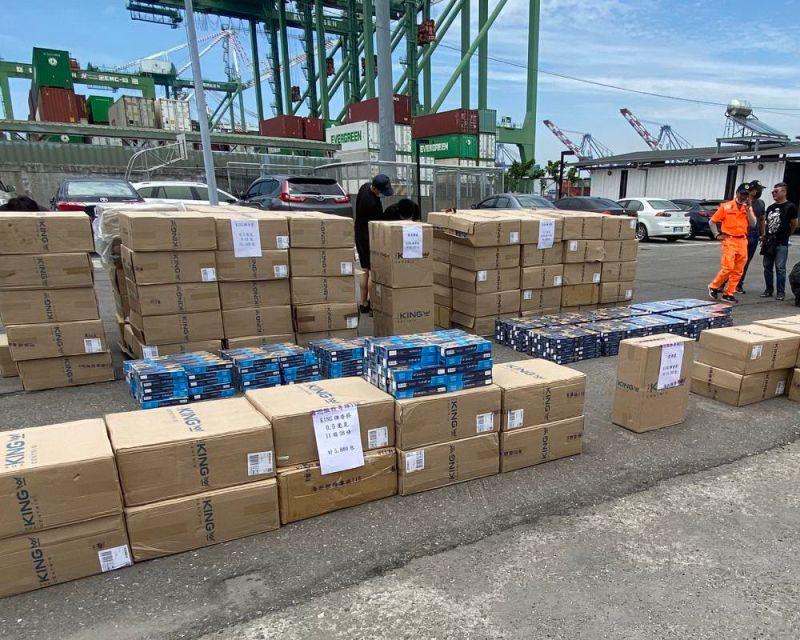 ▲海巡署南部分署第五岸巡隊查獲2艘漁船夾藏大量私菸,乃加以查扣處理。(圖/記者黃守作攝,2021.04.30)