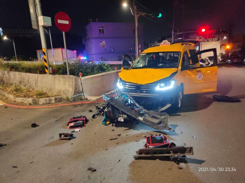 平鎮計程車與重機擦撞