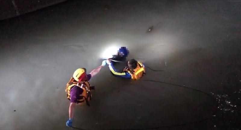 ▲機車騎士摔落一旁大圳,尋獲時已無生命跡象。(圖/記者李春台翻攝)