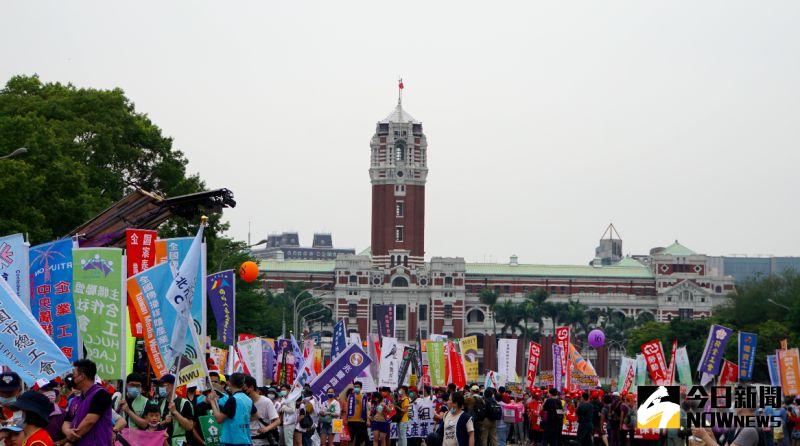 ▲五一勞動節,勞團於凱道前集結遊行。(圖/記者呂炯昌攝)